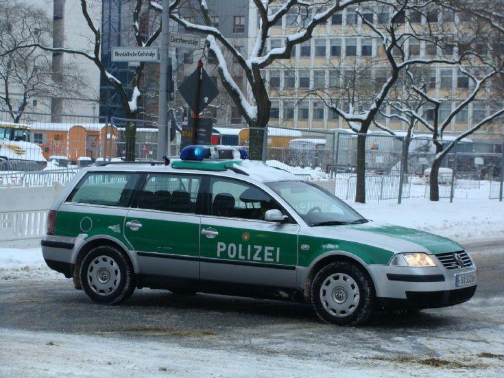 police car photos berlin police volkswagen patrol car. Black Bedroom Furniture Sets. Home Design Ideas